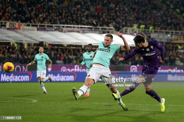 Dusan Vlahovic of ACF Fiorentina scores a goal during the Serie A match between ACF Fiorentina and FC Internazionale at Stadio Artemio Franchi on...