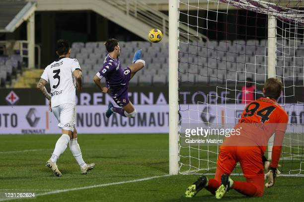Dusan Vlahovic of ACF Fiorentina scores the opening goal during the Serie A match between ACF Fiorentina and Spezia Calcio at Stadio Artemio Franchi...