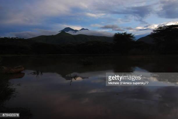 dusk above mount meru and reflections in a pond - meru filme stock-fotos und bilder