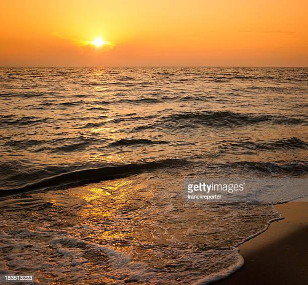 Atardecer en la playa, junto al mar