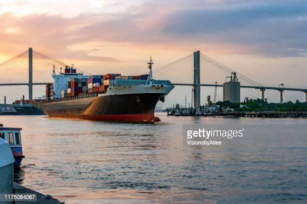 schemering valt over de laatste container schip geladen voor vandaag, klaar om het hoofd naar beneden de savanne rivier t de atlantische oceaan - georgia verenigde staten stockfoto's en -beelden