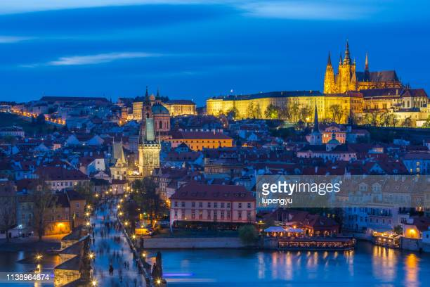 dusk in charles bridge with mala strana distric and prague castle. - hradcany castle stock pictures, royalty-free photos & images
