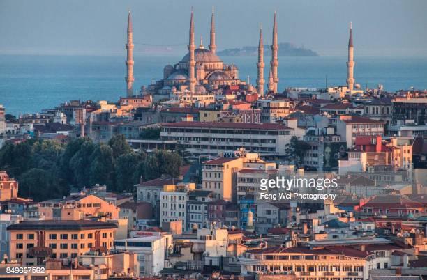 dusk light over blue mosque, sultanahmet, istanbul, turkey - moskee stockfoto's en -beelden