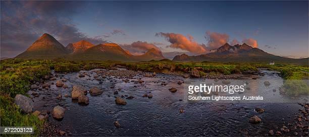 dusk near sligachan - glen sligachan photos et images de collection
