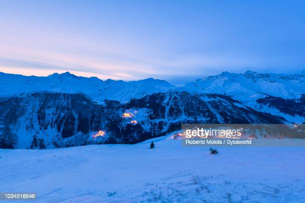 dusk on alpine village, madesimo - diepe sneeuw stockfoto's en -beelden
