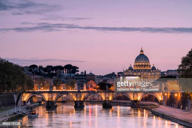 dusk on tiber river, rome - rom italien stock-fotos und bilder