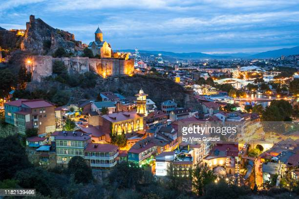 dusk settles over tbilisi's old town and narikala fortress.  tbilisi, georgia - 国 ジョージア ストックフォトと画像