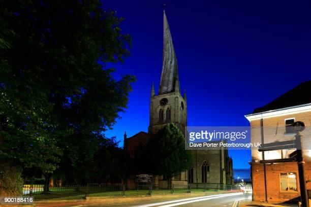 dusk, the crooked spire of st mary and all saints church, chesterfield town, - pináculo campanário - fotografias e filmes do acervo