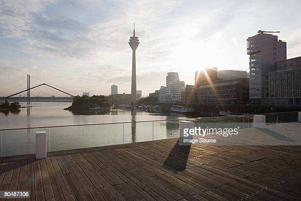 dusseldorf media harbour - flussufer stock-fotos und bilder