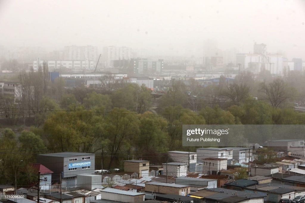 Dust storm in Kyiv : News Photo