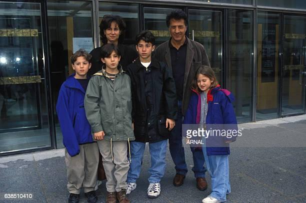 Dustin Hoffman avec ses enfants et sa femme Lisa en mars 1995 à Paris, France.