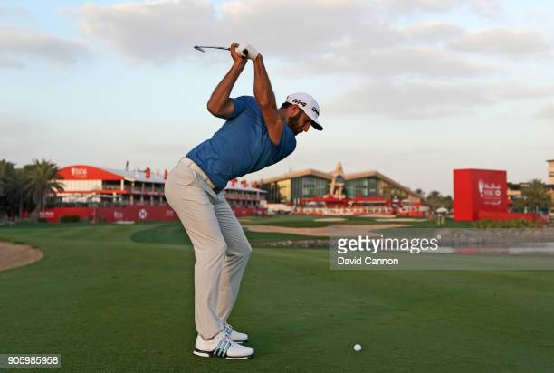 Dustin johnson of the United States plays a shot on the 18th hole during the pro-am for the 2018 Abu Dhabi HSBC Golf Championship at the Abu Dhabi...