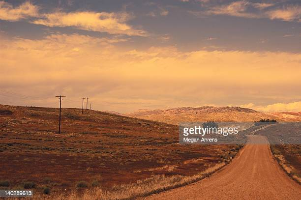 dusty country road - hügelkette stock-fotos und bilder