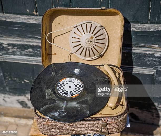 dusty old record player, lisbon, portugal - opslagmedia voor analoge audio stockfoto's en -beelden