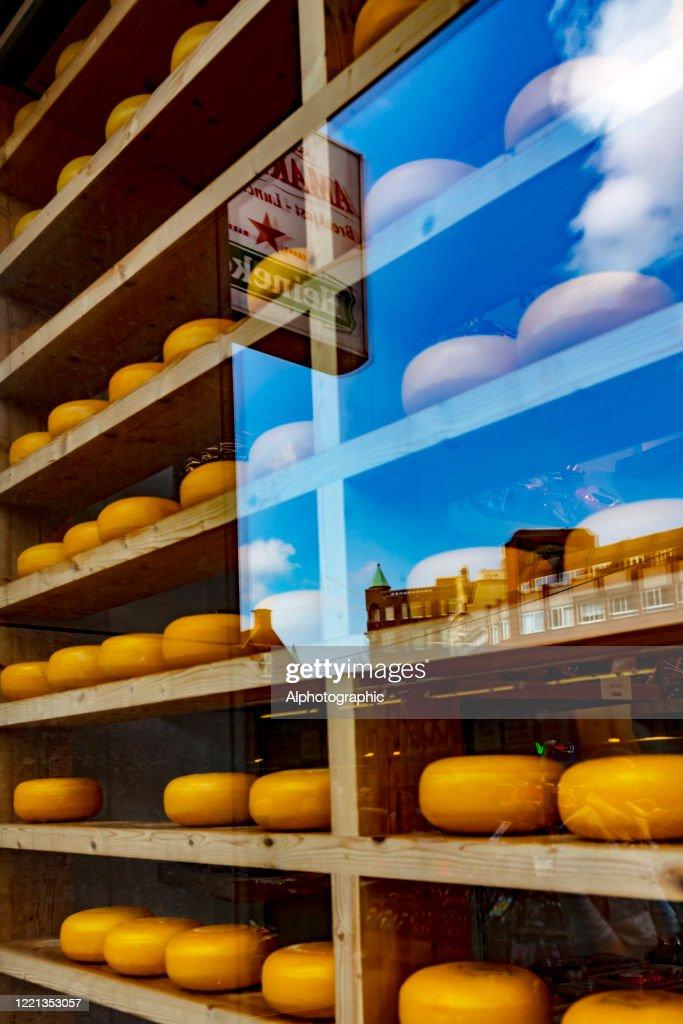 アムステルダムの窓にオランダのチーズ。 : ストックフォト