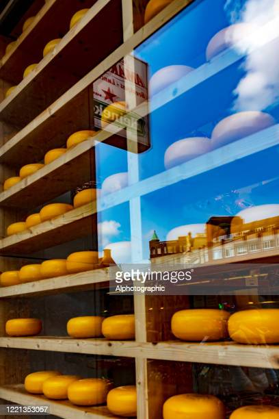 アムステルダムの窓にオランダのチーズ。 - チーズハット ストックフォトと画像