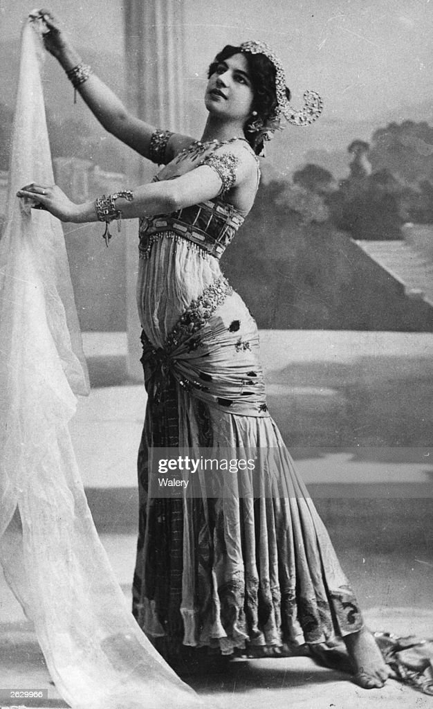 Dutch courtesan, 'oriental dancer' and alleged spy Margaretha Geetruida Zella, better known as Mata Hari (1876 - 1917), performs the Dance of the Seven Veils.