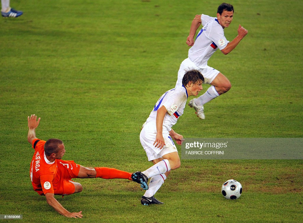 Dutch defender John Heitinga (L) vies with Russian forward Andrei Arshavin (C)during the Euro 2008 Championships quarter-final football match the Netherlands vs. Russia on June 21, 2008 at St. Jakob-Park in Basel. Russia won 3-1.