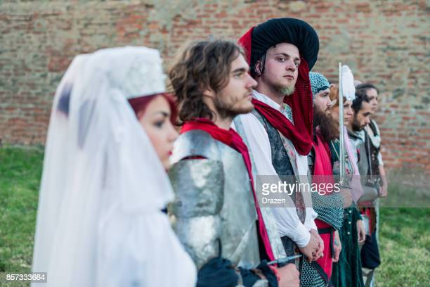 nederlandse hertog staande met zijn bewakers en warrirors - duke stockfoto's en -beelden