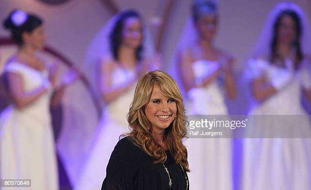 Dutch entertainer Linda de Mol moderates the German broadcasting 'Traumhochzeit 2008' on May 02 2008 at the Coloneum in Cologne Germany