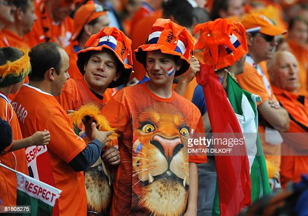 Dutch fan cheer their team before the Euro 2008 Championships Group C football match the Netherlands vs Italy on June 9 2008 at the stade de Suisse...
