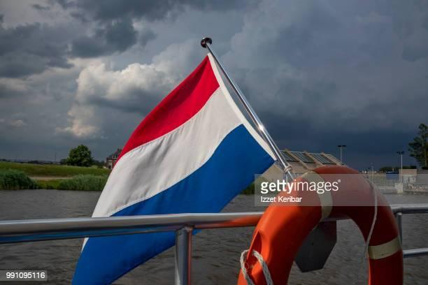 dutch flag on a boat, kinderdjik canals, netherlands - nederlandse vlag stockfoto's en -beelden