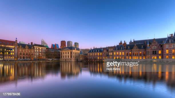 dutch houses of parliament and mauritshuis reflected in the court pond (hofvijver) at night - den haag stockfoto's en -beelden