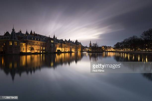 dutch houses of parliament ( binnenhof ) at night - lucht stock-fotos und bilder