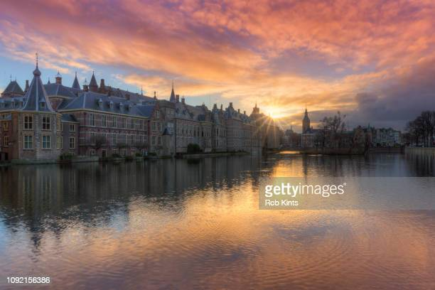 dutch houses of parliament ( binnenhof ) reflected in the court pond ( hofvijver ) at sunset - historical geopolitical location stock pictures, royalty-free photos & images