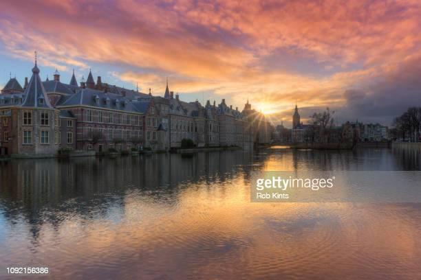 dutch houses of parliament ( binnenhof ) reflected in the court pond ( hofvijver ) at sunset - lugar histórico - fotografias e filmes do acervo