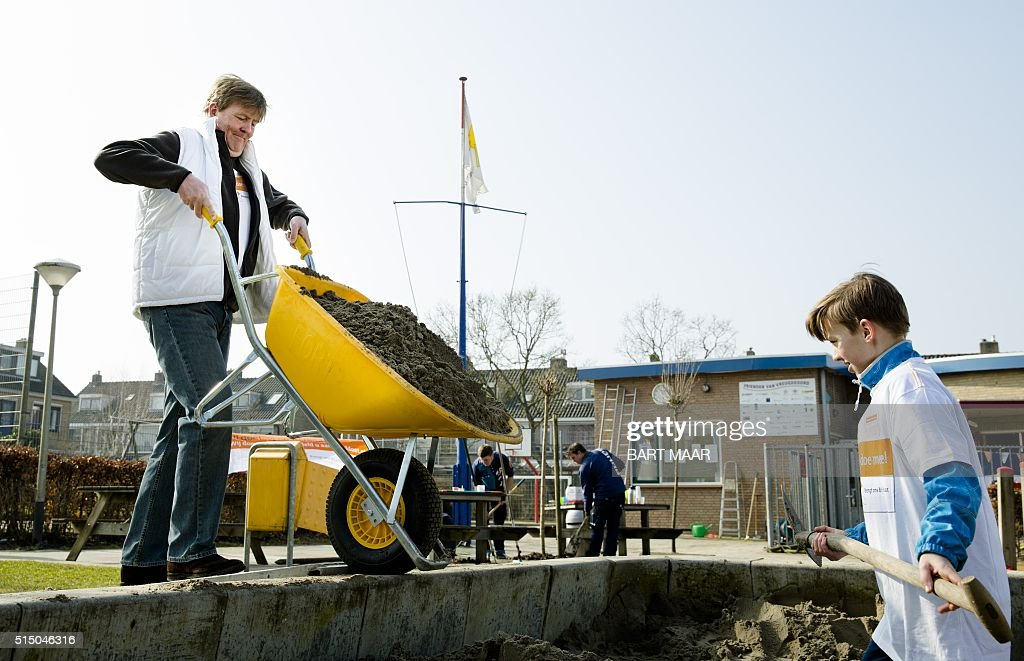 Dutch King Willem-Alexander helps out at playground and neighborhood association Vreugdeoord in Alphen aan den Rijn on March 12, 2016. Members of the Dutch royal family took part in the national voluntary event Nldoet. / AFP / ANP / Bart Maar / Netherlands OUT