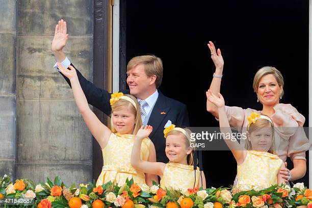 dutch king willem-alexander with his family waving to the public - koningschap stockfoto's en -beelden