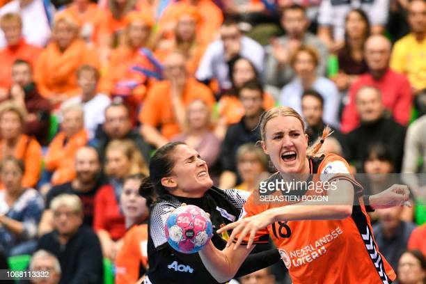 Dutch left back Kelly Dulfer vies with Spanish right back Almudena Rodriguez during the preliminary tour of the group C of the Euro 2018 Championship...
