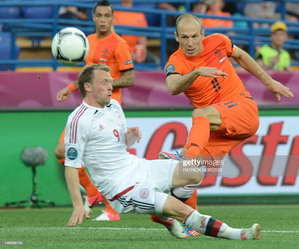Dutch midfielder Arjen Robben (R) vies w : News Photo