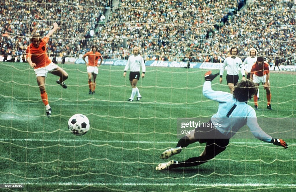 Dutch midfielder Johan Neeskens scores t : News Photo