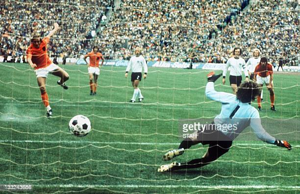 Dutch midfielder Johan Neeskens scores the opening goal on a penalty kick as he beats West German goalkeeper Sepp Maier 07 July 1974 in Munich during...