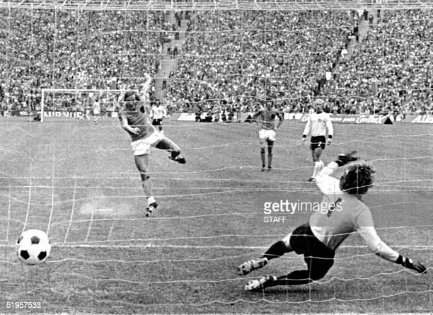 Dutch midfielder Johan Neeskens scores the opening goal on a penalty kick as he beats West German goalkeeper Sepp Maier 07 July 1974 in Munich during...