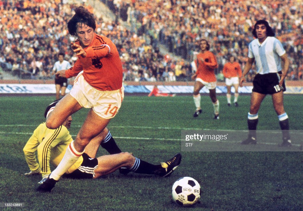 Dutch midfielder Johann Cruyff dribbles : News Photo