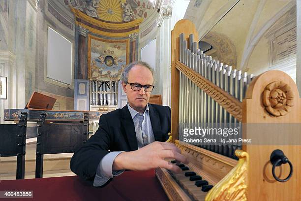 Dutch organist and musician Liuwe Tamminga present the Organetto Portativo manufacted by the dutch organ builder Winold Van Der Putten basing on the...