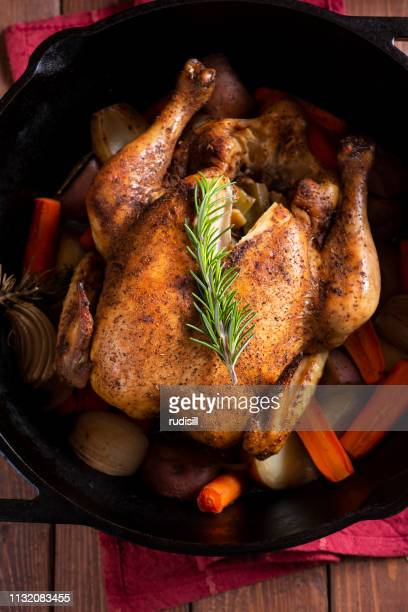 ダッチオーブンチキン - ダッチオーブン ストックフォトと画像