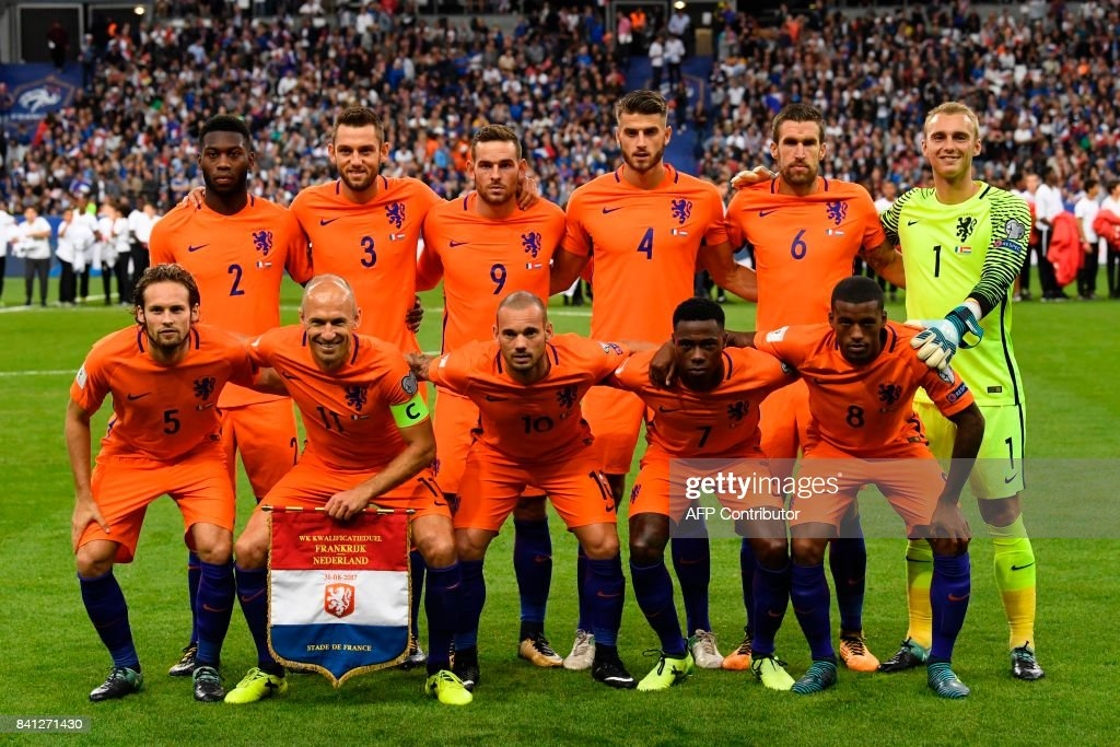 Dutch players pose for a photograph prior to the 2018 FIFA World Cup qualifying football match France vs Netherlands at the Stade de France in Saint-Denis, north of Paris, on August 31, 2017. /