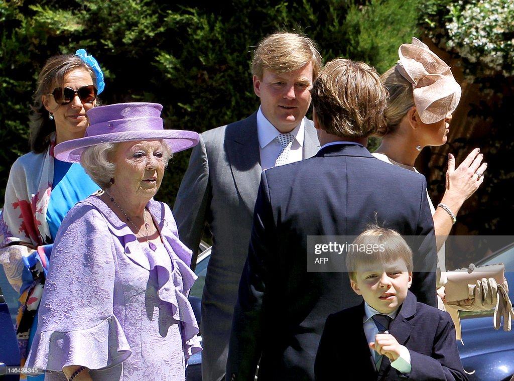 Dutch Queen Beatrix (L) arrives together : News Photo