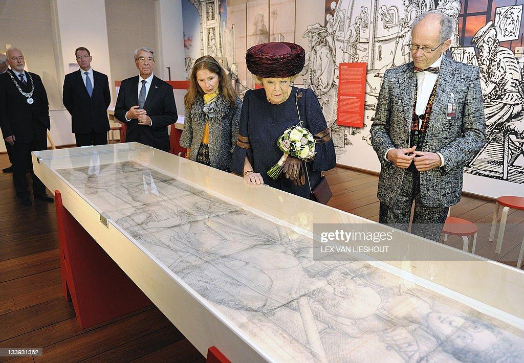Dutch Queen Beatrix (2L), art historian : News Photo
