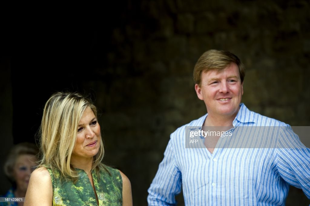 Dutch Queen Beatrix (background left) smiles as Princess Maxima (C) and Prince Willem-Alexander pose for pictures during their summer holiday in Tavernelle, near Florence in Italy, on July 4, 2011. AFP PHOTO / ANP ROYAL IMAGES FRANK VAN BEEK = netherlands out - belgium out