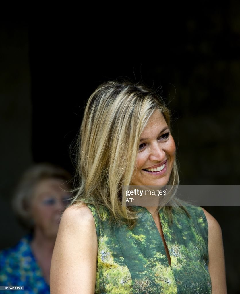 Dutch Queen Beatrix (background left) smiles as Princess Maxima looks at her daughters posing for pictures during their summer holiday in Tavernelle, near Florence in Italy, on July 4, 2011. AFP PHOTO / ANP ROYAL IMAGES FRANK VAN BEEK = netherlands out - belgium out
