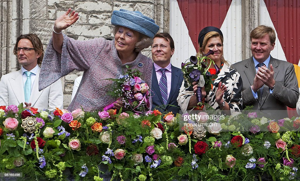 Dutch queen Beatrix (2L) -with Prince Be : News Photo