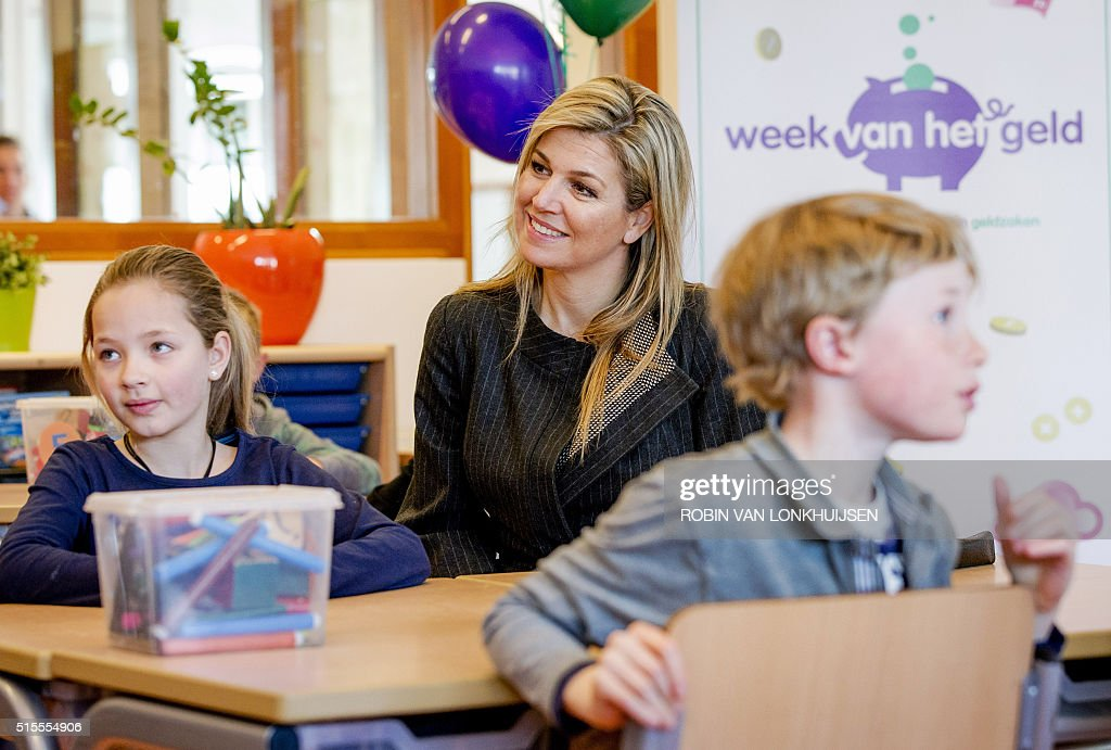 Dutch Queen Maxima attends a money lesson during the 'Week van het geld' ('Week of the money') at a the elementary School De Twaalfruiter in Vleuten on March 14, 2016. The purpose of this week is to get pupils familiar while handling money. / AFP / ANP / Robin van Lonkhuijsen / Netherlands OUT