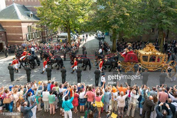 nederlandse royals verlaten binnenhof tijdens prinsjesdag in den haag - koets stockfoto's en -beelden