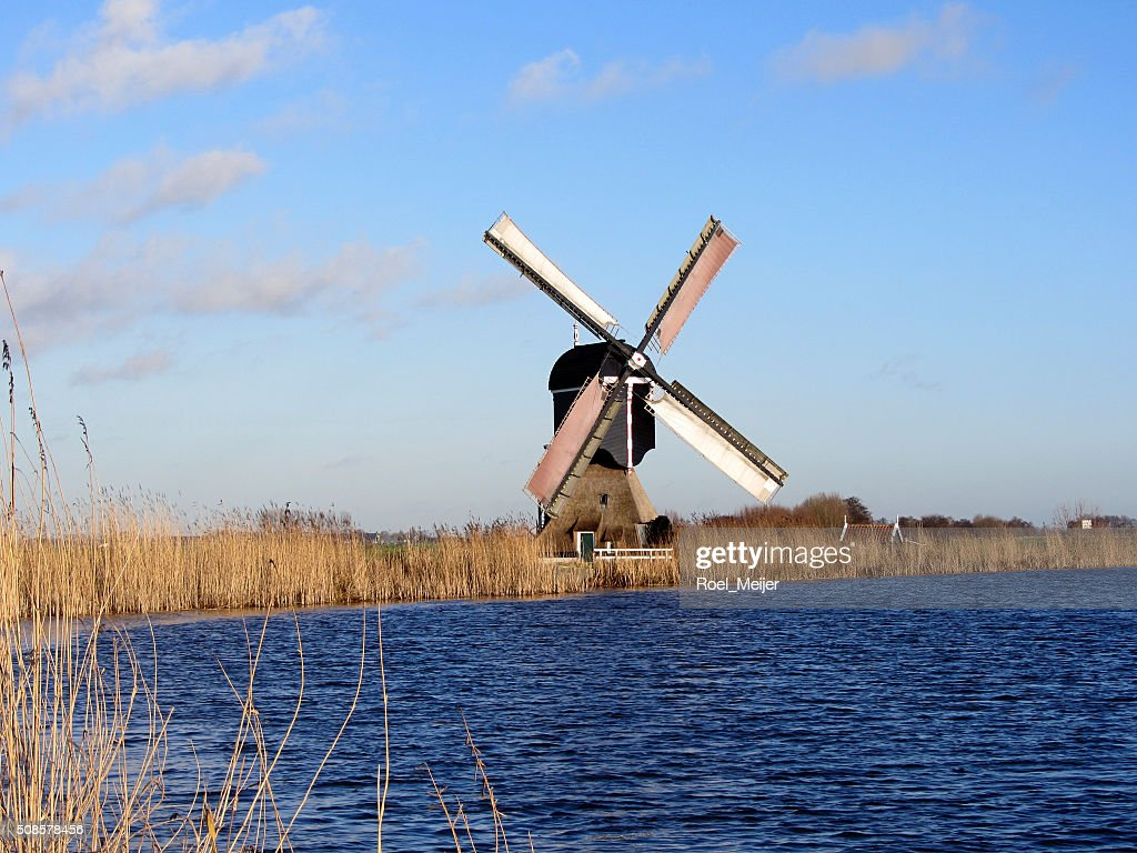 Holländische Windmühle auf Kanal : Stock-Foto