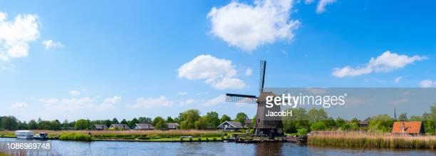nederlandse windmolen - noord holland stockfoto's en -beelden
